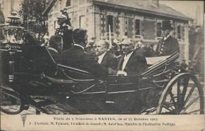 M. Poincaré à son arrivée à Nantes, accompagné de M. Guist'hau, ministre de l'Instruction publique et de deux autres ministres