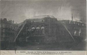 Le Théâtre de la Renaissance pendant l'incendie (Carte Postale - Collection personnelle)