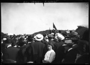Une photographie de la manifestation pendant le discours de Jaurès sous le drapeau rouge