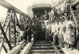 Les sapeurs du Génie posent avec le premier tram à franchir le nouveau pont