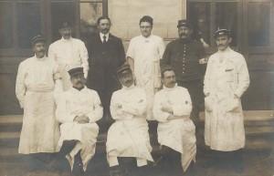 Le corps médical du Petit Lycée transformé, d'août à septembre 1914, en Hôpital temporaire ( N°2 ). Assis, le 1er à droite, le docteur Georges Lebeaupin, ancien élève du lycée.