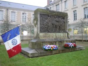 Les gerbes du Lycée et de l'Amicale des Anciens Elèves déposées au pied du Monument aux Morts