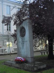 Les fleurs du Comité de l'Histoire au pied de la Stèle à Clemenceau