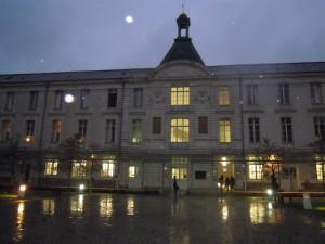 La cour d'honneur du lycée Clemenceau au soir du 12 novembre 2013