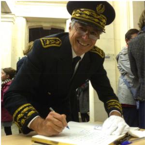 Henri-Michel COMET, Préfet de la région Pays de la Loire, préfet de la Loire-Atlantique, signe le Livre d'Or du lycée Clemenceau (Photographie Bernard Allaire)