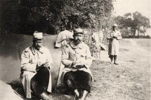 Soldats du 65e RI écrivant à leur famille avant de repartir au front (Photo de Léon Jost)