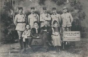 Alfred Eluère est debout, le deuxième en partant de la gauche